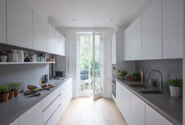 Diseño minimalista y colores neutros en una cocina en pararelo en la que trabajar cómodamante